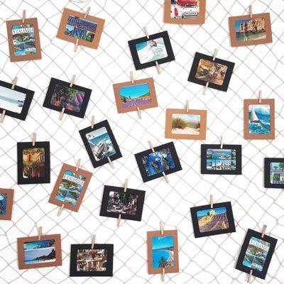 Dekonetz mit Fotos und Postkarten an der Wand