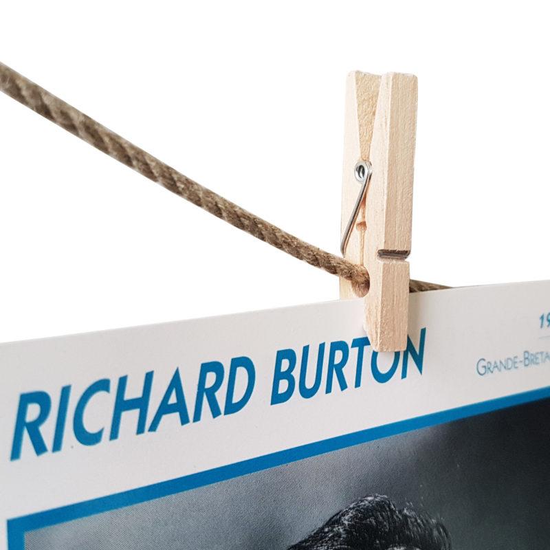 Foto wird mit einer Holzklammer an einer Schnur gehalten