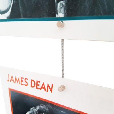Vertikale Fotoleine mit Postkarte und Magneten im Detail